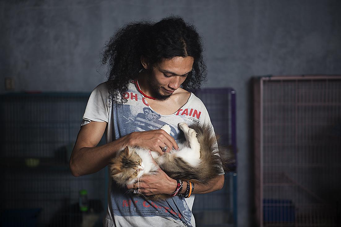 holding_sinsin_the_cat
